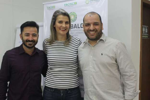 O coordenador do grupo, Rodrigo Bessani, junto do vice, Eduardo dos Santos e da Vice da Acibalc, Maria Pissaia - Foto:  Roberta Watzko