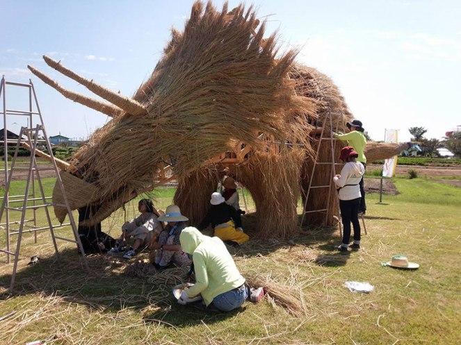 japon-paille-sculptures-dinosaures-6
