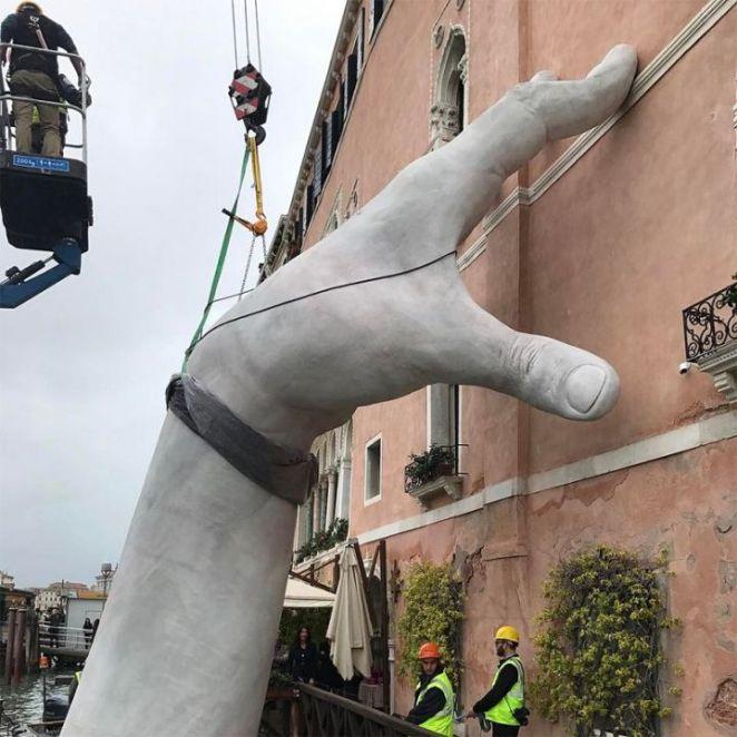 mains-supportent-hotel-venise-biennale-2017-720x720