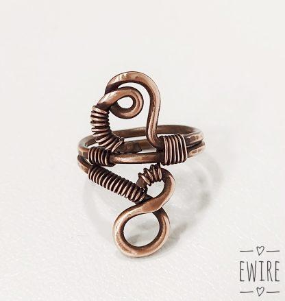 drótékszer kalapált nonfiguratív réz gyűrű