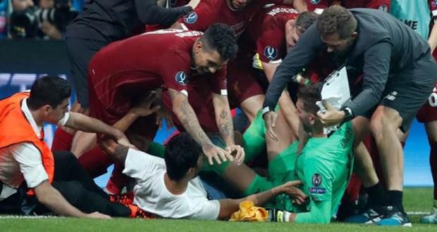 لحظة اصابة ادريان حارس مرمي ليفربول