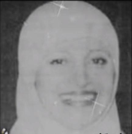 صورة نادرة لمديحة كامل بالحجاب