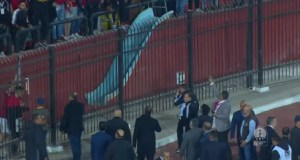 مناوشات بين جمهور الاهلي والأمن اثناء المباراة