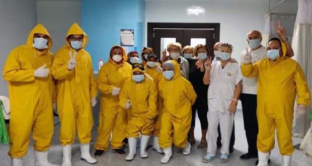 إحتفال الطاقم الطبي بمستشفي إسنا بعد شفاء سياح ايطاليين من فيروس كورونا