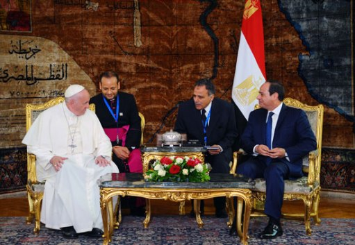 President El-Sisi of Egypt welcomes Pope Francis at the Presidential Palace in Cairo. (Source: Youm7)