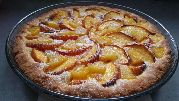 Пирог с персиками и ананасами на песочной основе