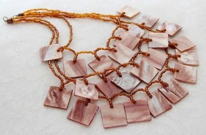 Ruudukujuliste roosade shell ripatsitega kaelakee
