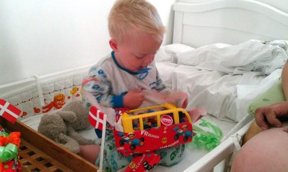 Casper pakker fødselsdagsgaver op i sin seng