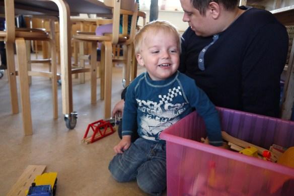 Casper leger nede i børnehaven