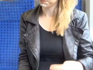 Meine Freundin macht ihren ersten Spermawalk mitten im Zug