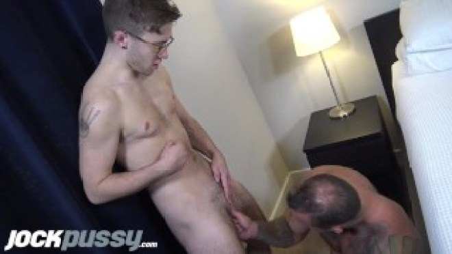 JockPussy – 1st-time FTM screams pussy-fucked by musc DILF