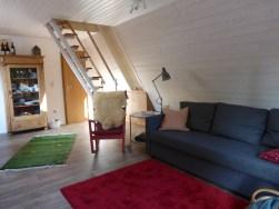 Wohnraum mit Treppe ins OG
