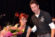 Blumen von der Hilfsgruppe überreicht Georg Schmitz an die Flieger-Sängerin Katrin Eggert. (Foto: Reiner Züll)