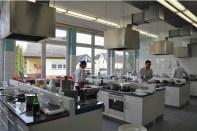 In den drei Lehrküchen des Kaller Berufskollegs fanden die Wettbewerbsteilnehmer beste Voraussetzungen für den Landeswettbewerb um den Rudolf-Achenbachpreis. (Bild: Reiner Züll)