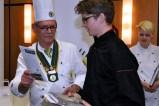 VKD-Landesvorsitzender Franz Naß überreicht dem Landessieger Jan Semmelhack einen Gutschein für eine Kochsession bei einem Sternekoch. (Bild: Reiner Züll)