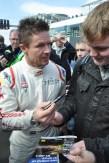 Felix Baumgartner erfüllte am Wochenende am Nürburgring hunderte Autogrammwünsche. (Foto: Reiner Züll)