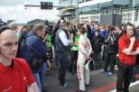 Vor dem Start zum Rennen war der prominente Rennfahrer-Neuling von Kameras und Fans umringt. (Foto: Reiner Züll)