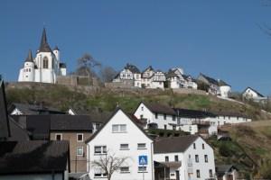 """Der mittelalterliche Burg Reifferscheid ist einer der Veranstaltungsorte von """"kultur bei Nacht"""". Bild: Michael Thalken/Eifeler Presse Agentur/epa"""