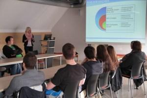 Bevor das Programm bei der Energie Nordeifel startete, gab Pressesprecherin Kerstin Zimmermann einen Einblick in die Strukturen des ene-Konzerns. Bild: Michael Thalken/Eifeler Presse Agentur/epa