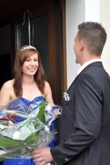 Andreas Geusen holt seine und Anika zum Maiball an der Haustür ab. (Foto: Reiner Züll)
