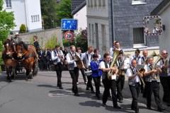 Unter Begleitung der Musikkapelle Kall zog der Maiumzug durch Kall. (Foto: Reiner Züll)