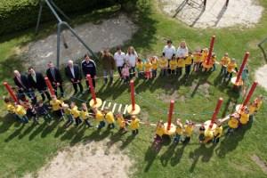 Die Kinder konnten es kaum abwarten, bis die Projektpartner endlich das rote Absperrband rund um ihren neuen Klettergarten durchgeschnitten hatten. Bild: Michael Thalken/Eifeler Presse Agentur/epa