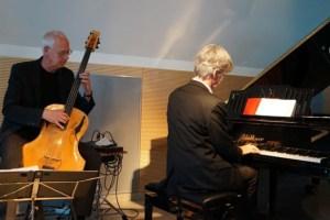 Stellten im Kulturraum Kall Stücke von ihrer neuen CD vor: Wilhelm Geschwind (Bass) und Eckhard Radmacher (Piano). Bild: Anja Raith