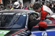 Wenn er nicht selbst am Steuer sitzt hilft Christoph Breuer aus Nettersheimer seinen Teamkollegen beim Fahrerwechsel. (Foto: Reiner Züll)