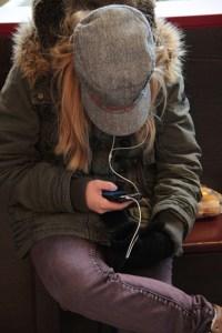 Die AOK möchte wissen, ob junge Menschen ihren Online-Konsum noch unter Kontrolle haben. Symbolbild: epa