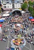 Um sich bei der Eifeler Bevölkerung für deren 23-jährige Unterstützung zu bedanken, hatte die Hilfsgruppe Eifel beim Brunnenfest den kompletten Bleibergplatz in Beschlag genommen. (Foto: Reiner Züll)