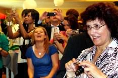 Zahlreiche Fotoapparate und Handys waren bei der Zeugnisverleihung auf die Protagonisten auf der Bühne gerichtet. (Foto: Reiner Züll)