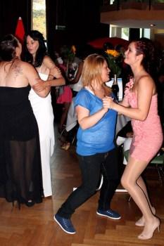 Während sich die jungen Männer recht tanzfaul gaben, ließen sich die jungen Damen den Spaß am Tanzen nicht nehmen. (Foto: Reiner Züll)