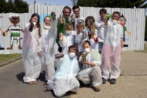 Unter fachkundiger Anleitung und gut geschützt konnten jetzt Jugendliche in Vogelsang Graffitis sprühen. Foto: Roman Hövel/vogelsang ip