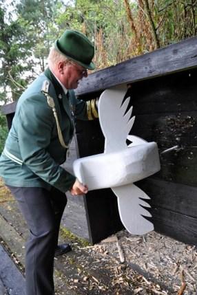 Lotahr Krahe montiert den über sechs Kilo schweren Königsvogel, der erst nach 93 Schüssen aus der Donnerbüchse zu Boden fiel. (Foto: Reiner Züll)