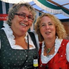 Ein Herz und eine Seele: Die scheidende Königin Petra Hees (links) mit ihrer Nachfolgerin Silke Krahe. (Foto: Reiner Züll)