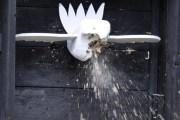 Der stabile Vogel aus Fichtenholz musste jede Menge Blei schlucken. (Foto: Reiner Züll)