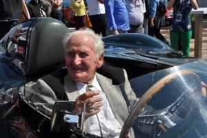 Fühlte sich an seinem ehemaligen Arbeitsplatz wohl: Norman Dewis am Nürburgring im Jaguar D-Prototype aus dem Jahr 1954. Bild: Reiner Züll