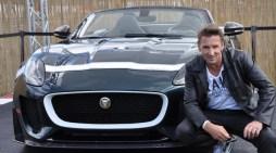 """Kein Auto zum Crashen bei """"Alarm Cobra 11"""": Schauspieler Mark Keller posiert vor dem Jaguar """"F-Type Project Seven"""" der am Nürburgring Deutschland-Premiere feierte. Weltweit wird es nur 250 dieser Fahrzeuge geben, davon nur 20 in Deutschland. (Foto: Reiner Züll)"""