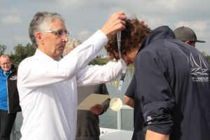 Dutzende von Medaillen wurden von KSK-Vorstandsmitglied Hartmut Cremer an die Sieger der Surf-Bundeliga überreicht. Bild: Michael Thalken/Eifeler Presse Agentur/epa