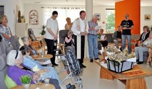 Pfarrer Max Offermann weihte die Kräutersträuße für die Senioren der Caritas-Tagespflege. Foto: Carsten Düppengießer/Caritas Euskirchen