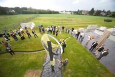 """In einer kleinen Feierstunde enthüllten die Bildhauer ihre Skulpturen am Firmengebäude von """"F&S"""". Bild: Tameer Gunnar Eden/Eifeler Presse Agentur/epa"""