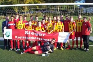 Als Vertreter der Kreissparkasse Euskirchen überreichte Karl-Heinz Daniel (links) den Pokal an die A-Junioren vom TSC Euskirchen. Bild: FVM