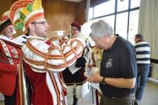 Prinz Björn aus Weyer überreichte dem Hilfsgruppen-Vorsitzenden Willi Greuel einen Orden für das soziale Engagement. (Foto: Reiner Züll)
