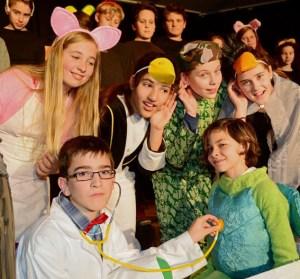 Freuen sich auf die Aufführung: Die Schülerinnen und Schüler der Klassen 6a und 6d. Bild: Jürgen Drewes
