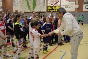Siegerehrung: Dr. Harry Kunz gratuliert der Manschaft vom 1. FC Köln, die sich den zweiten Platz sicherte. Bild: Michael Thalken/Eifeler Presse Agentur/epa