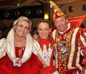 Das Kaller Prinzenpaar Hans II. und Gabi I. (Lambert) mit Tochter Denise, die in der Garde der KG Rot-Weiß Gemünd tanzt. (Foto: Reiner Züll)