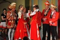 Die Kaller Tollitäten bekamen viele Orden von den Gastvereinen. Hier überreichen die Ettelscheider ihre Orden. (Foto: Reiner Züll)
