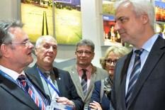 Landrat Günter Rosenke (links) informiert Minister Garellt Duin (rechts) über die gemeinsamen Pläne der Kreise Düren und Euskirchen zur Verbesserung der Internet-Versorgung. Foto: Reiner Züll)