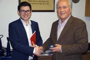 Emmanuel Kunz (l ) überreicht Erhard Sohn die Willy-Brandt-Medaille in Gold. Bild: SPD Kall