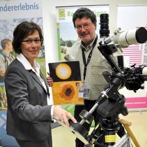 NET-Geschäftsführerin Iris Poth (links) stellte auf der ITB in Berlin neue Projekte aus dem Kreis Euskirchen vor. Bild: Reiner Züll